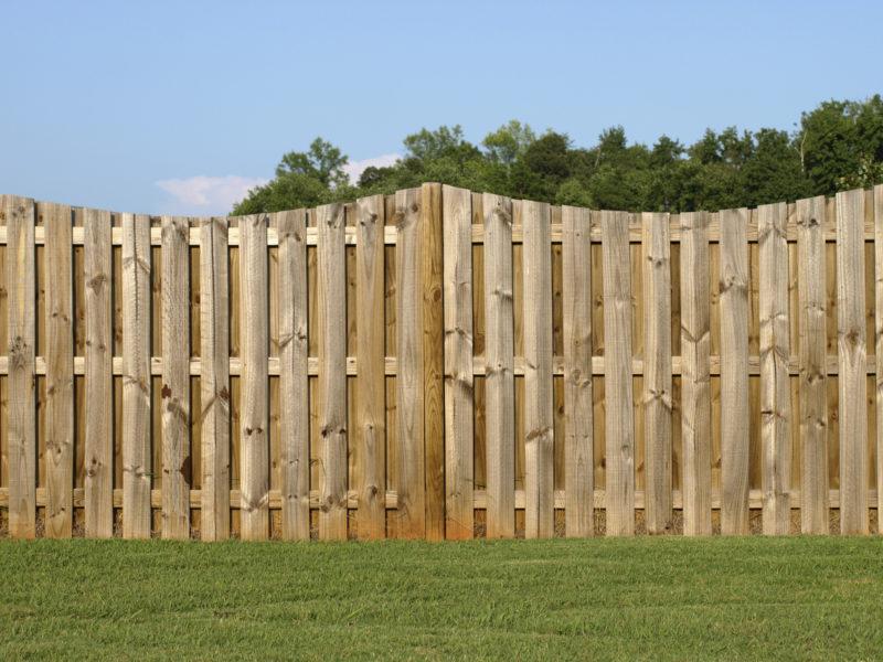 Установка заборных столбов из древесины