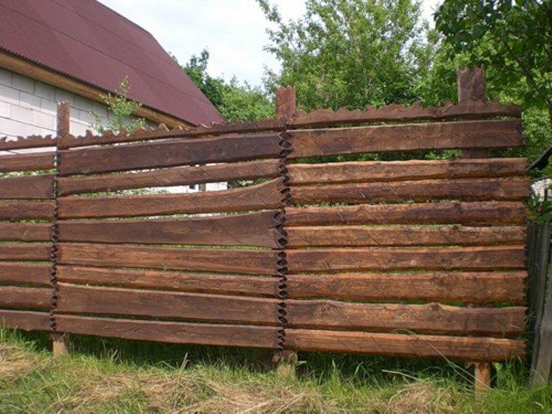 Вертикально ориентированный забор из горбыля своими руками