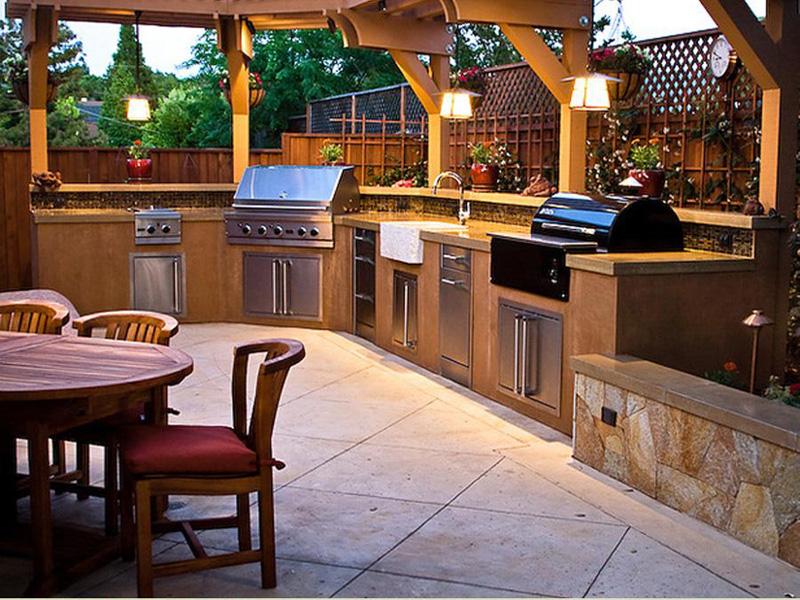 Выход на террасу из кухни, обустройство летней кухни