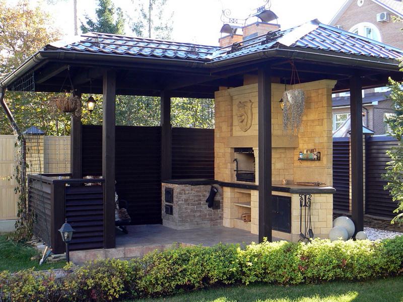 Выход на террасу из кухни, возведение летней кухни на дачном участке