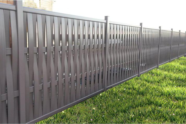 Высокий плетеный забор из пластика