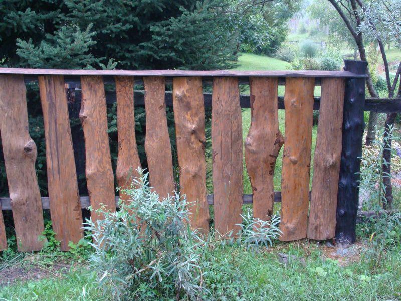Забор из горбыля для защиты дачного участка