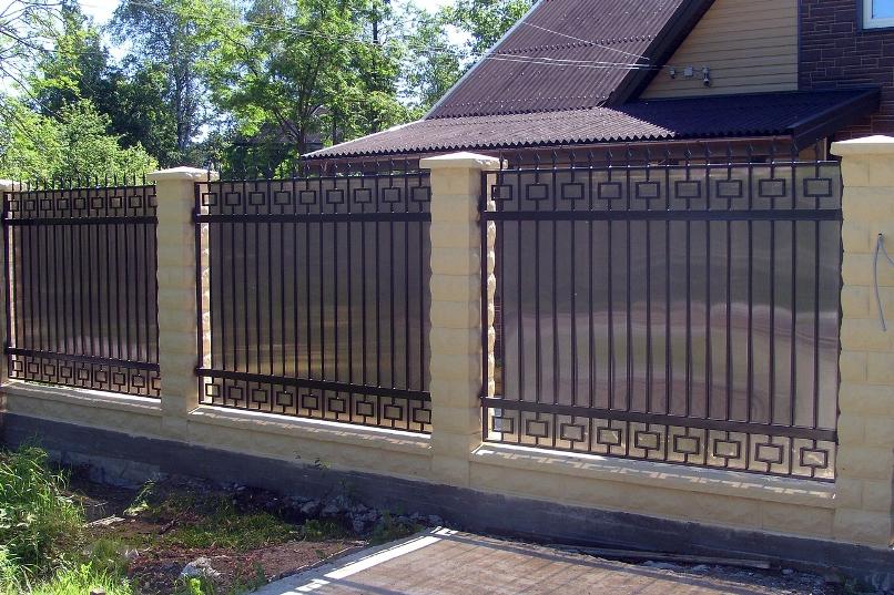 Забор из металла с вставками из непрозрачного поликарбоната