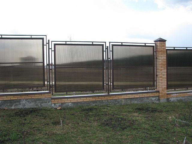 Забор из монолитного листового поликарбоната