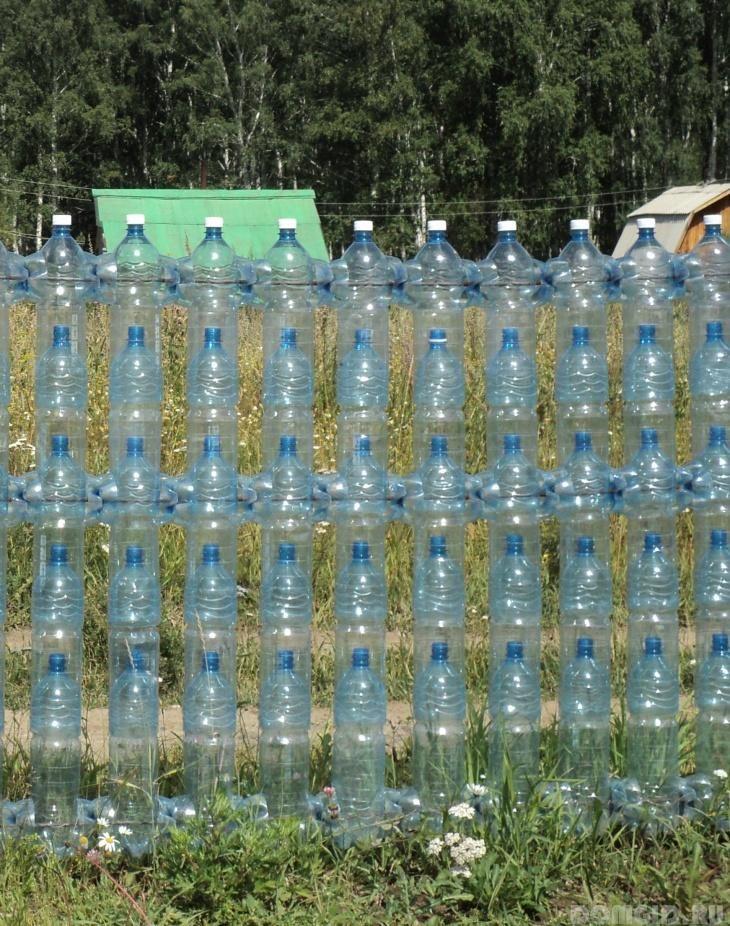 Забор из пластиковых бутылок на участке своими руками