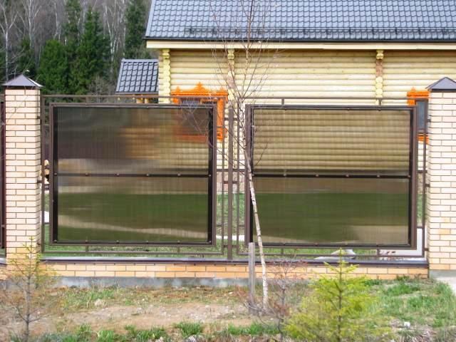 Забор из поликарбоната с кирпичными столбами