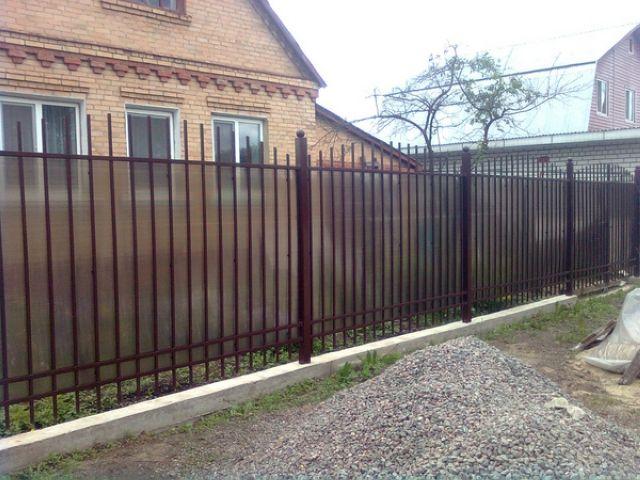 Забор из сотового поликарбоната на даче своими руками
