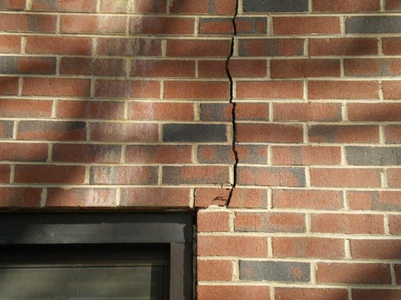 трещина в стене частного дома из-за усадочных трещин в фундаменте