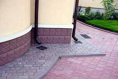 Отвод воды от фундамента дома - организация отмостки на даче