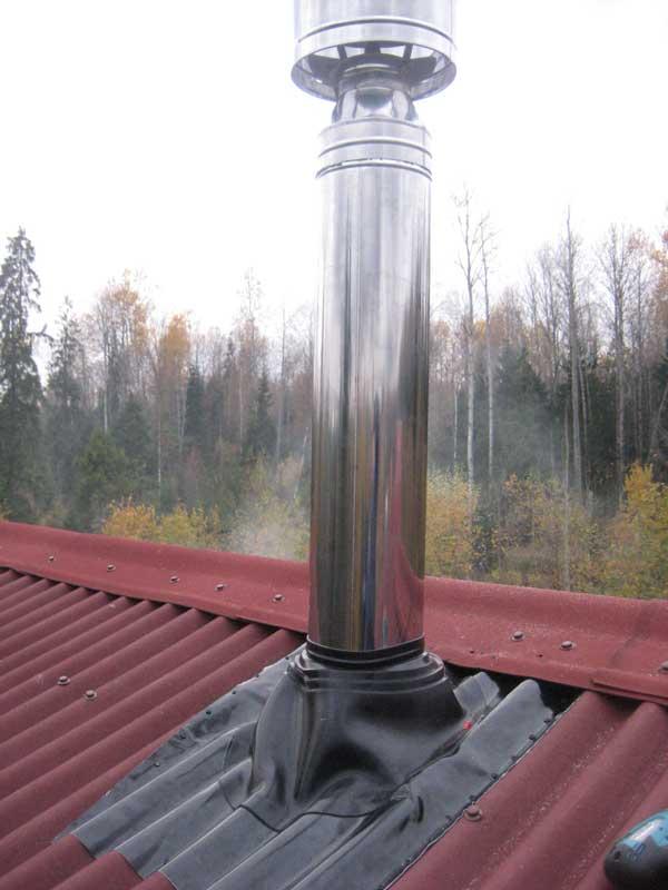 Пример использования кровельного уплотнителя дымохода в частном доме