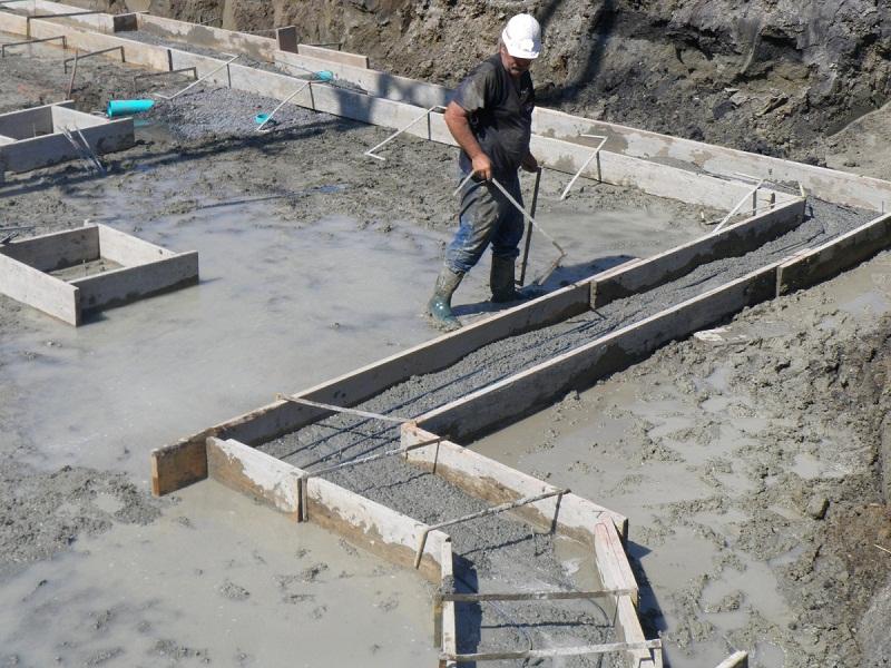 Уход за фундаментом после заливки, причины полива бетона