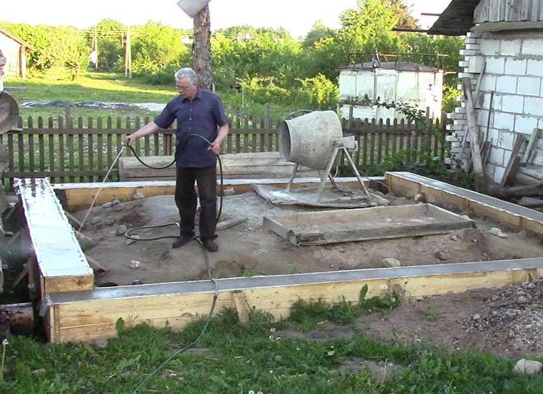 Уход за фундаментом после заливки, сколько поливать бетон