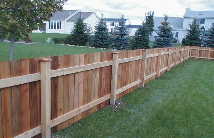 Бюджетный забор из дерева для дачи