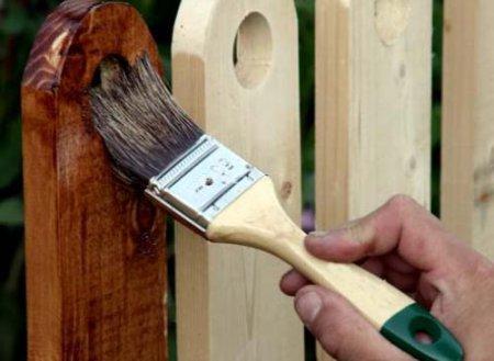 Чем покрасить забор на даче - обработка грунтовкой