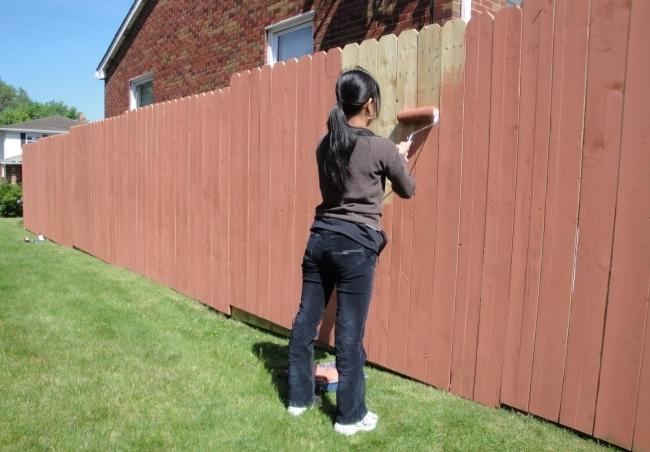 Как покрасить деревянный забор валиком