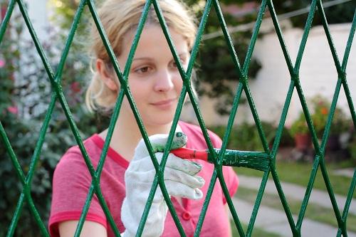 Как правильно покрасить металлический забор из прутьев
