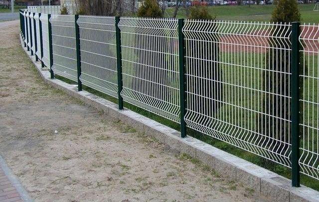 Недорогой бюджетный забор из металлических прутьев