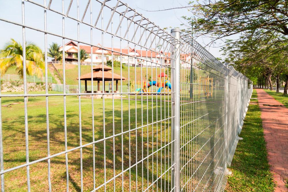 Забор из сварной 3D сетки гиттер для загородного участка