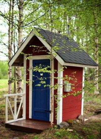 Двухскатная крыша дачного туалета