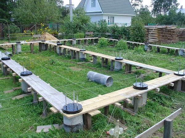 Как правильно заложить фундамент для загородного дома из бруса