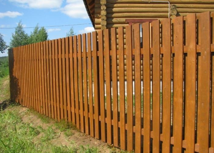 Как сделать забор из деревянного штакетника на даче