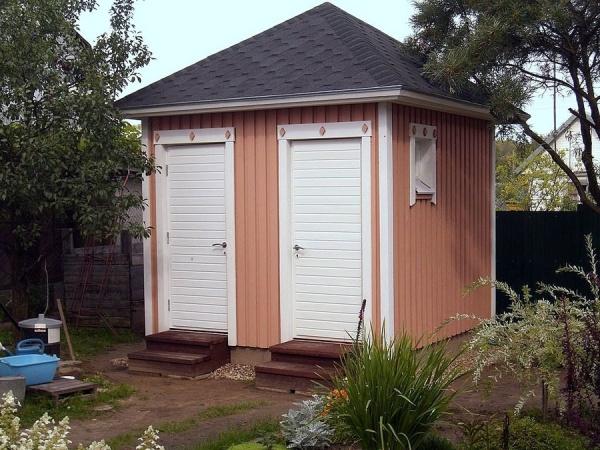 Крыша дачного туалета совмещенного с душем из битумной черепицы