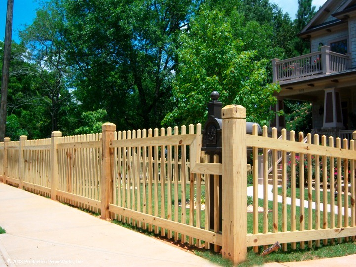 Невысокий забор из деревянного штакетника на загородном участке