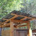 Односкатная крыша дачного туалета из металопрофиля