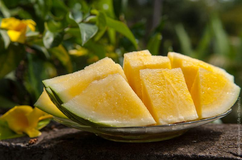 Плоды желтого арбуза в разрезе