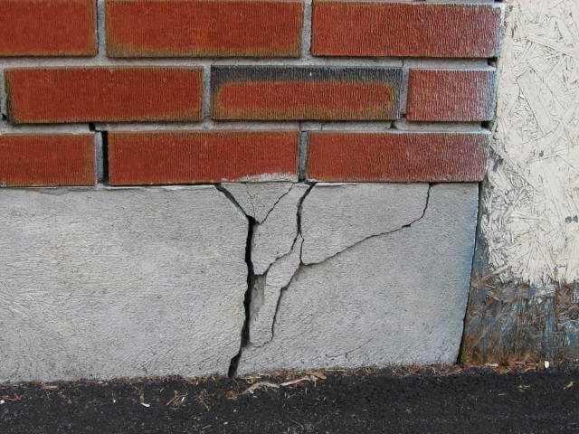 Почему разрушается основание (фундамент) кирпичного дома