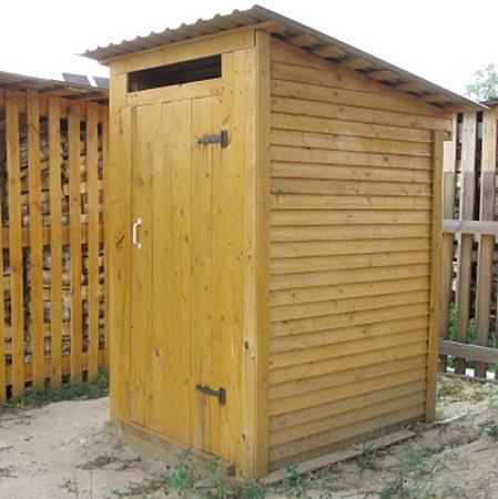 Простое решение для крыши дачного туалета