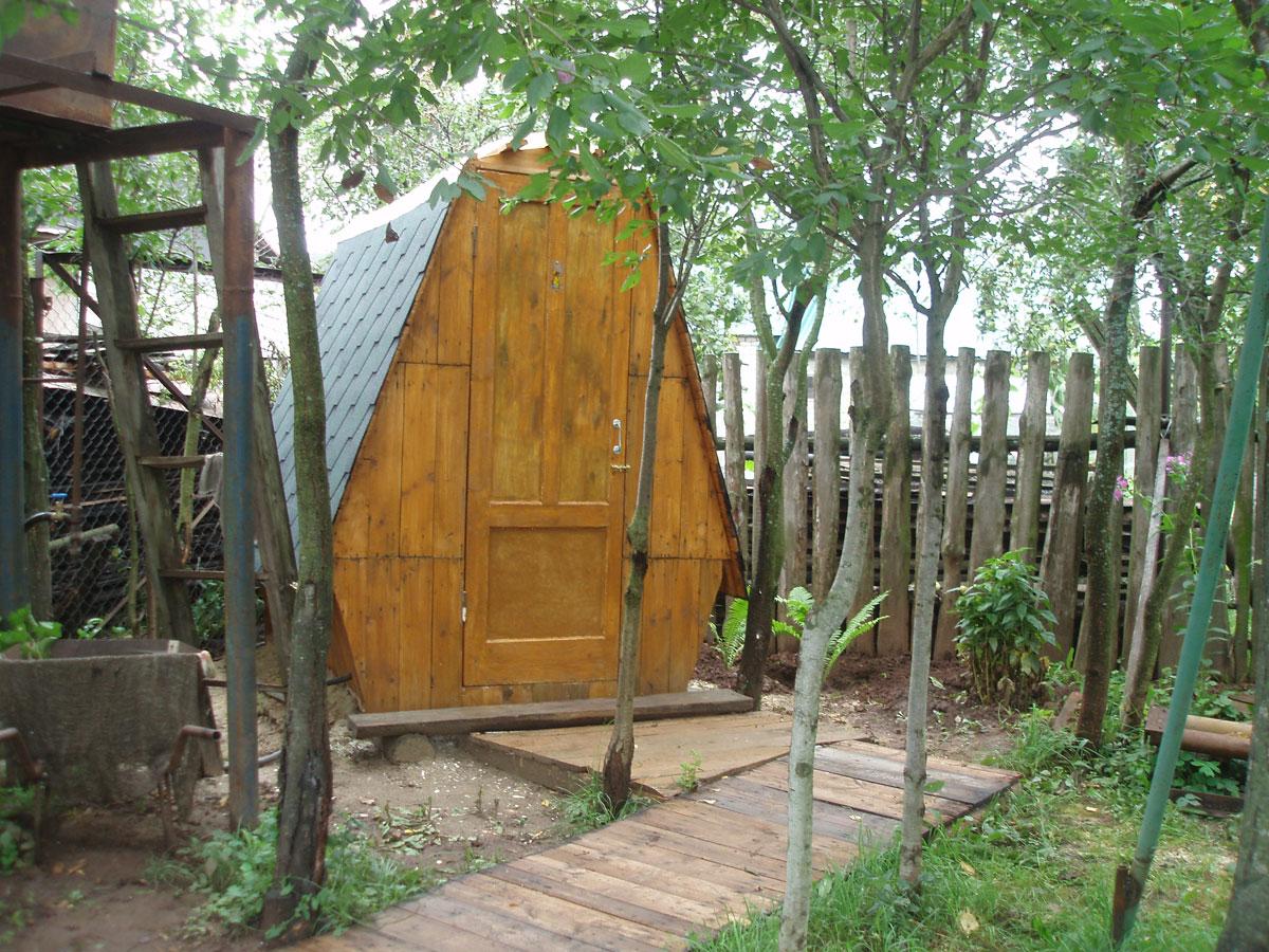 Прозрачная крыша дачного туалета - оригинальное решение для естественного освещения