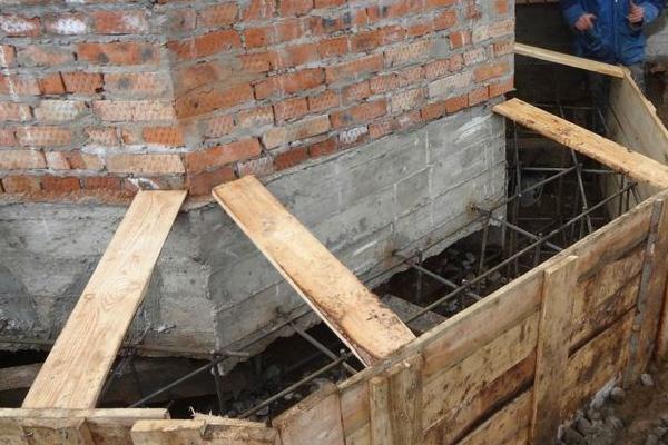 Ремонт подножья фундамента кирпичного дома