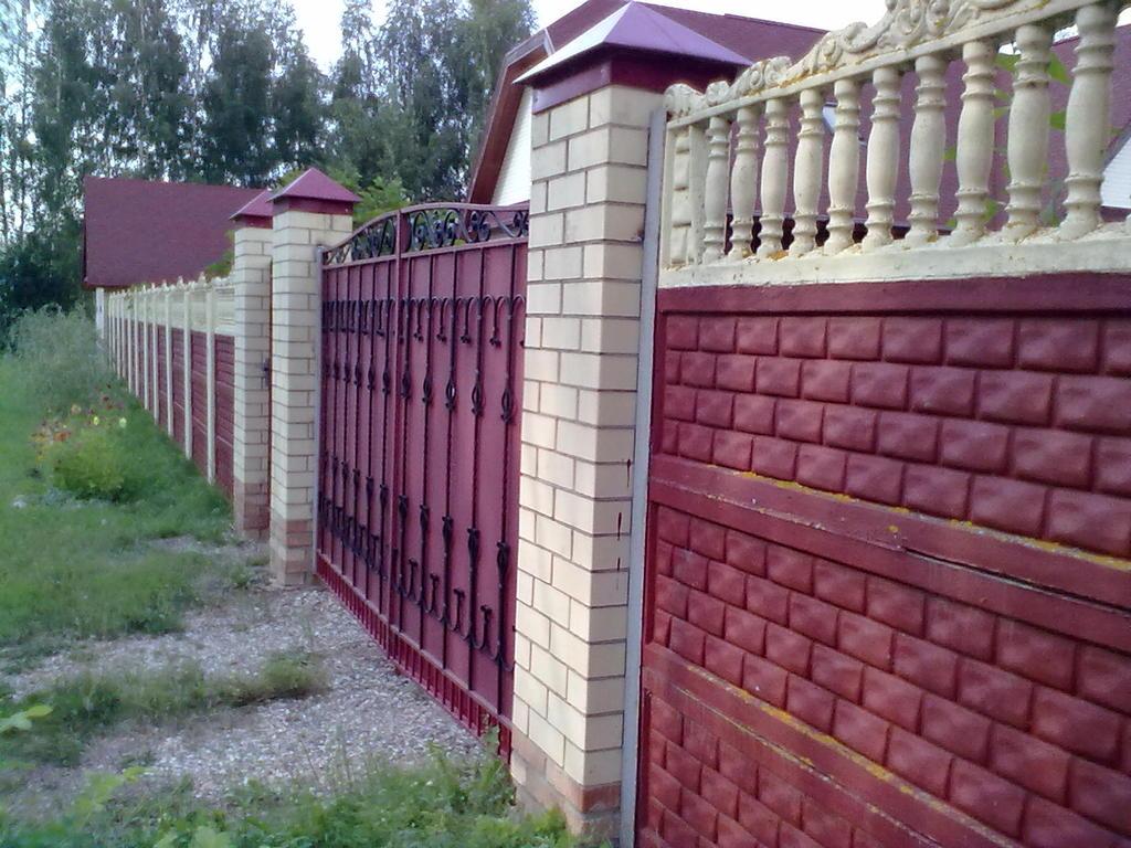 Варианты покраски бетонных заборов на даче