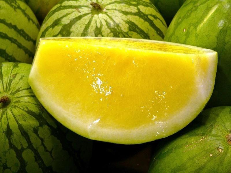 Ягода желтого арбуза внутри