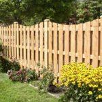 Забор из деревянного и металлического штакетника