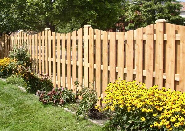 Забор из деревянного штакетника для ограждения дачного участка
