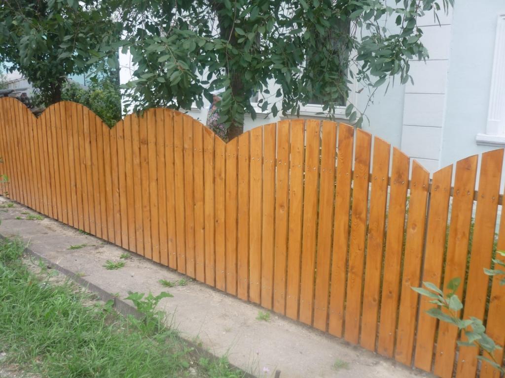 Забор из деревянного штакетника из штакетин различной высоты