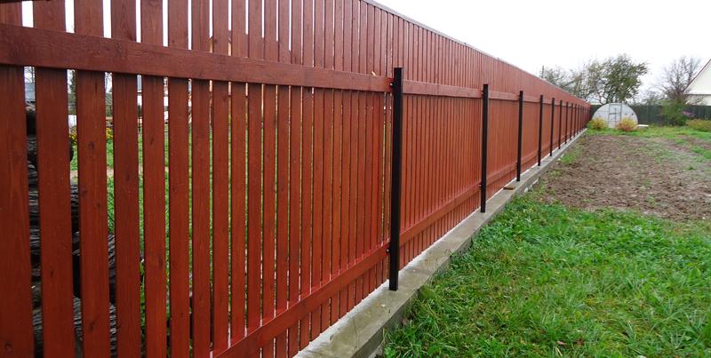 Забор из деревянного штакетника на ленточном фундаменте