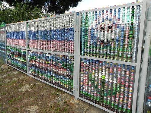 Забор из подручных материалов - использование пластиковых бутылок и крышек