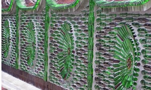 Забор из подручных материалов - использование стеклянных бутылок для декора