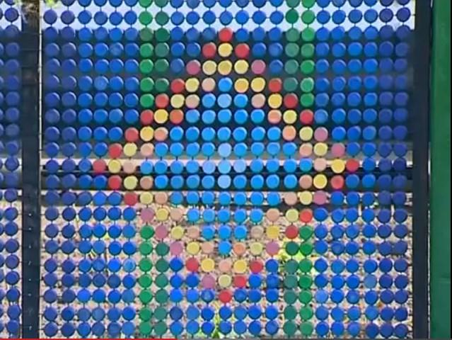 Забор из подручных материалов - из крышек от пластиковых бутылок