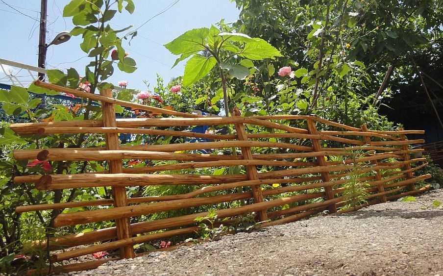 Забор из подручных материалов - плетень из веток