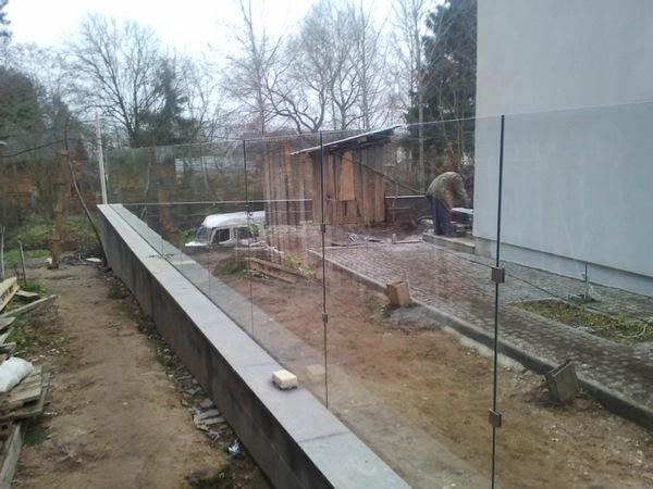 Забор из подручных материалов - стеклянный забор для дачи