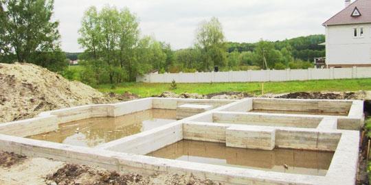 Фундамент для дома из газобетона - особенности использования ленточной конструкции
