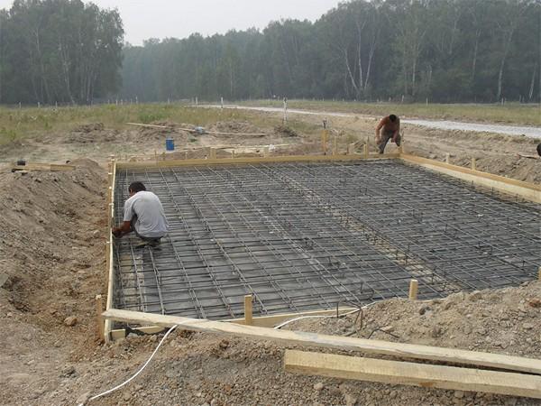 Фундамент на болотистой местности - строительство плитного основания