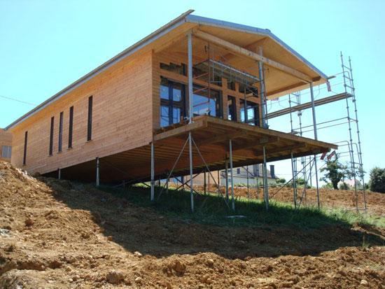 Использование свайного фундамента при постройке дома на склоне холма