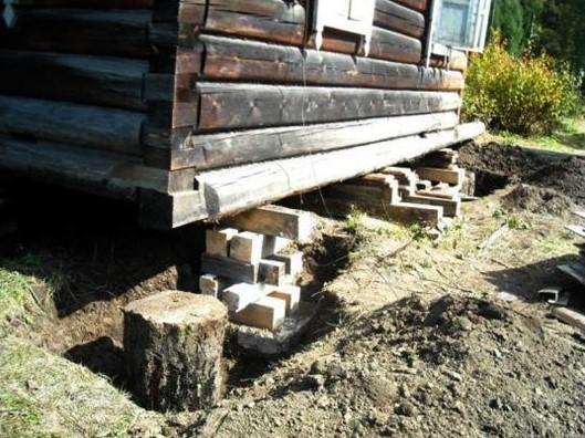 Как поднять старый деревянный дом чтобы подлить фундамент