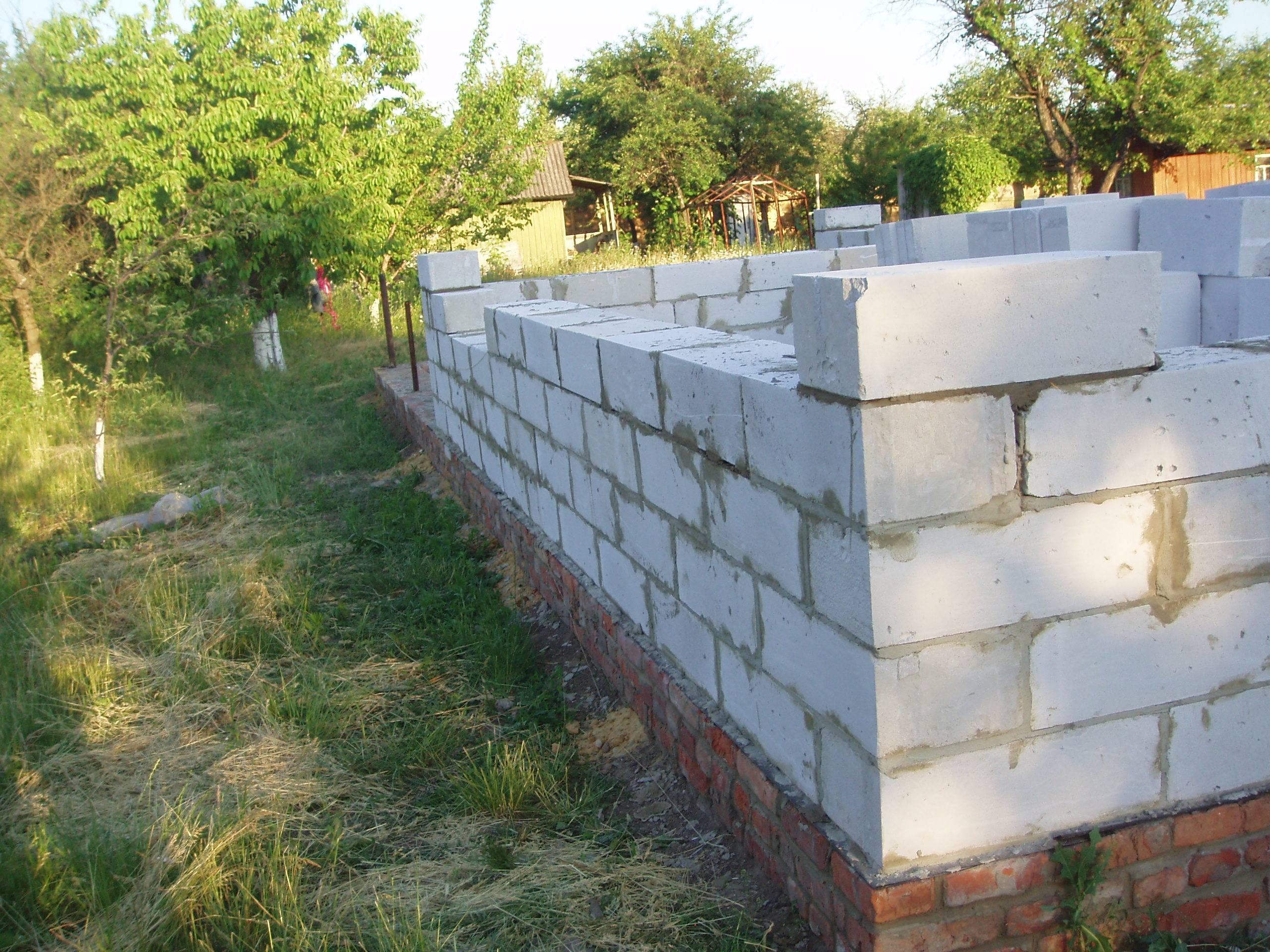 Кирпичный фундамент под загородный дом из газосиликатных блоков