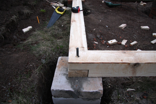 Крепление бруса к столбчатому фундаменту с помощью арматурной шпильки